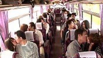 >หนังJAV ปาร์ตี้เซ็กส์หมู่บนรถบัสของหนุ่มสาวXXXญี่ปุ่น จับคู่มาเย็ดกันเกือบ20คู่ แต่ละคู่เย็ดกันโครตมันส์ เอากันจนน้ำแตกก็อย่าลืมชวนคนขับรถบัสมาเย็ดด้วยน่ะ