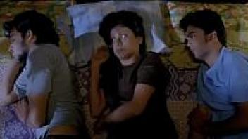 >หนัง18+อินเดียเรทอาร์เรื่องเด็ด (3 On a Bed) โป๊รักสามเส้าเย็ดกันสามคนบนเตียงเดียวกัน ผู้หญิงนอนกลางให้ผู้ชายเย็ดสดขนาบข้างซ้ายขวา