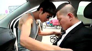 >FAKE TAXI มาใหม่ฉบับหนังโป๊Xผู้ชายกับผู้ชาย ชมความหื่นตัวพ่อไปกับคนขับรถแกร็บแท็กซี่ที่เป็นเสือใบ ชอบหลอกผู้โดยสายเย็ดบนรถตัวเอง รอบนี้ฟินหน่อยได้เอาควยเย็ดตูดเกย์นักธุรกิจจากเอเชีย