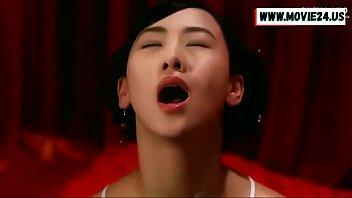 """>โป๊18+ ฉากครางเสียวแกล้งเจ็บหีของจูลี่ลี """"Julie Lee"""" นางสนมลีลายั่วควยเด็ด รับบทเป็นนางเอกหนังRจีนเรื่อง Sex and the Emperor กับเสียงร้องเงี่ยนตอนเอาสากกะเบือเสียบหีซ้อมก่อนจะโดนควยฮ่องเต้เย็ดจริง"""