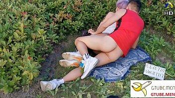 >PORN HD คู่โป๊เกย์จีน ถ่ายหนังเย็ดตูดฟรีกันในสวนหย่อม ถลกกางเกงนอนตะแคงเย็ดประตูหลังโครตเสียว ดีนะเกย์รุกจีนสวมถุงยางเย็ดตูดไม่งั้นหัวขี้ติดควยแน่นอน